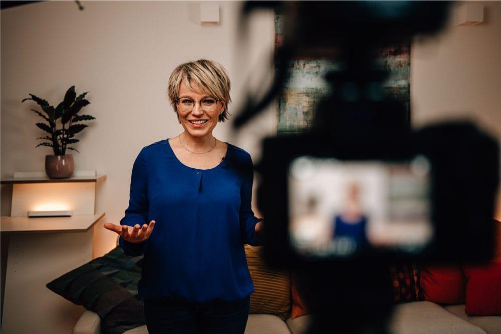 Andrea Ballschuh beim Videodreh